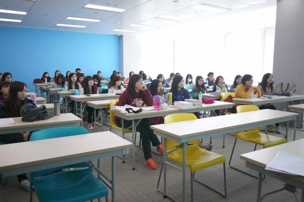 同學細心聆聽謝冠東先生的分享